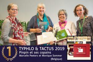 4 femmes du jury international tenant ouvert le livre ayant reçu le premier prix entre leurs mains